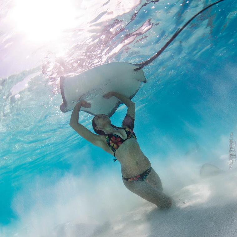 Egy tahiti modell, a 27 éves Rava Ray a Francia Polinéziához tartozó Moorea szigetén született, majd családjával Hawaii-ra költözött, ahol alaposan rákattant a tengeri élőlények közvetlen közelében folytatott búvárkodásra.