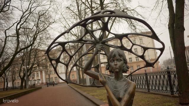 Esernyős kislány a vasútállomástól pár percre lévő parkban