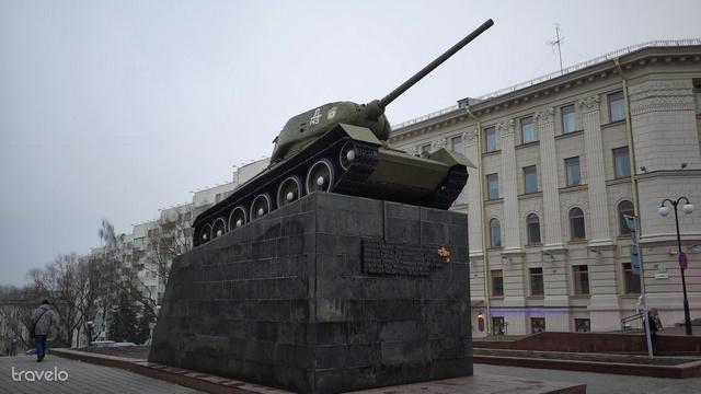 A II. világháborús hősök emlékére kihelyezett tank az Október tértől pár percre található.