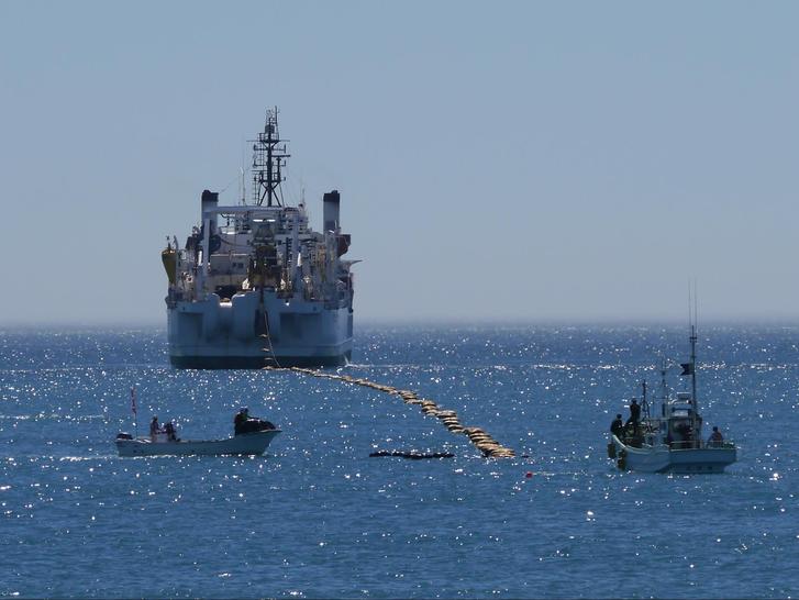"""A Google """"Faster"""" kábelét fektető hajó a Csendes-óceánon"""