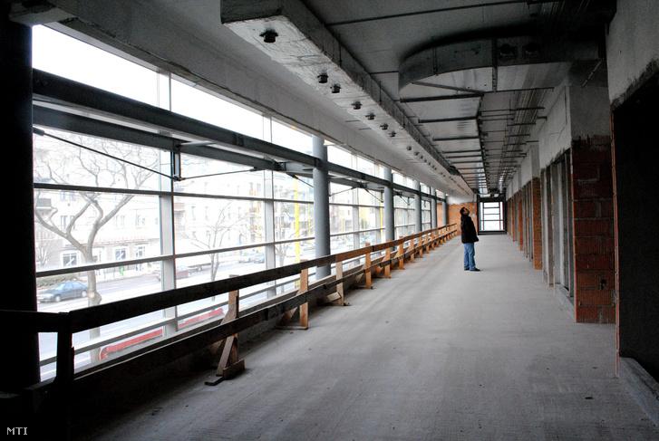 Az üresen álló, de szerkezetkész Sportkórház belseje 2010-ben.