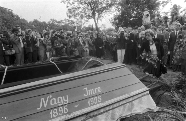 Nagy Imre hozzátartozói a koporsónál, jobbra elöl Nagy Erzsébet a mártír miniszterelnök lánya