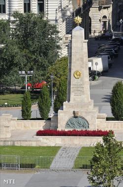 A szovjet hősi emlékmű a Szabadság téren.