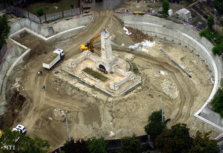 Mélygarázs építése a Szabadság téren.