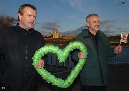 Robert Benyo, a szlovákiai Zöld Párt és Droppa György, a Zöld Demokraták elnöke a Mária Valéria hídon