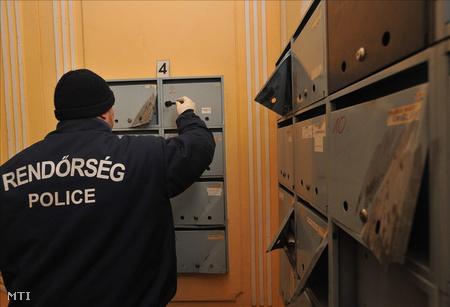 Helyszínelő rendőr a VIII. kerületben, egy Köztársaság téri lakóépületben