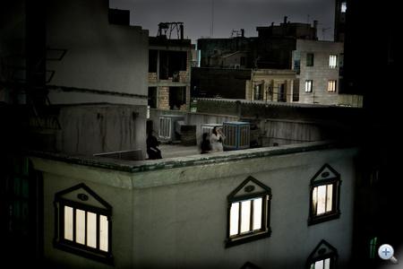 Az 53. WPP nagydíjas képe, azaz a 2009-es év sajtófotója az olasz                          Pietro Masturzo szabadúszó fotóriporter felvétele. Teheráni háztetők. A kép 2009 júniusában készült, az iráni elnökválasztást követő zavargások, tüntetések idején. A fotón a választási csalások ellen tiltakozó, kiáltozó asszonyok láthatók este, az egész napos tiltakozó megmozdulások után. A kép, a sorozat tagjaként első díjat nyert az Emberek a hírekben kategóriában is.