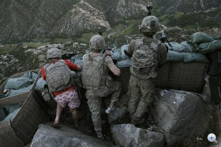 Emberek a hírekben, egyedi - 2. díj. Amerikai katonák viszonozzák tálib lázadók tüzét az afganisztáni Korengal-völgy egyik harcálláspontjánál, május 11-én.                         Fotó: David Guttenfelder, USA, The Associated Press