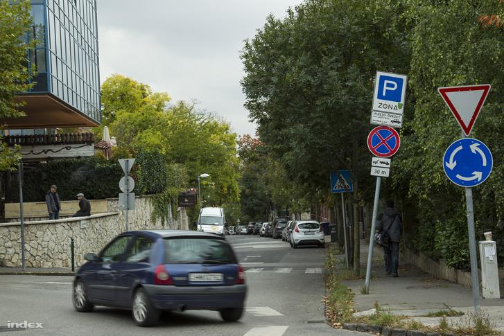 A tábla szerint Miklósnak szombaton nem kellett fizetnie a parkolásért.