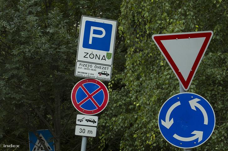 Körforgalom az Ady Endre és a Szemlőhegyi utca sarkánál