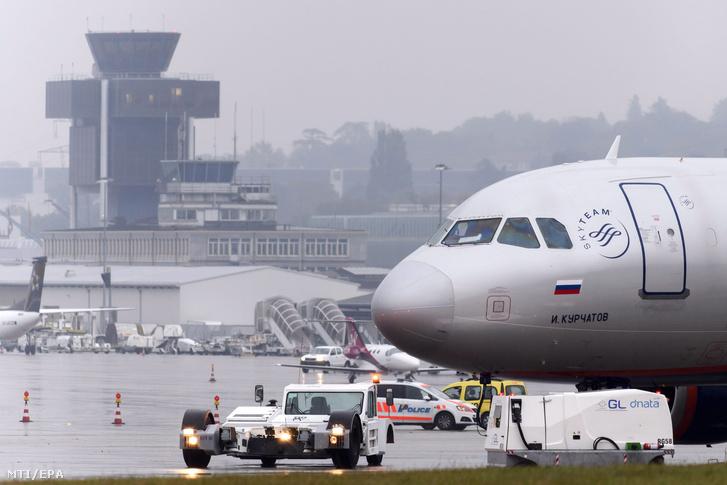 Rendőrautó áll az Aeroflot orosz légitársaság egyik Airbus A320-214 típusú utasszállító repülőgépe mellett a genfi nemzetközi repülőtéren 2016. október 13-án.