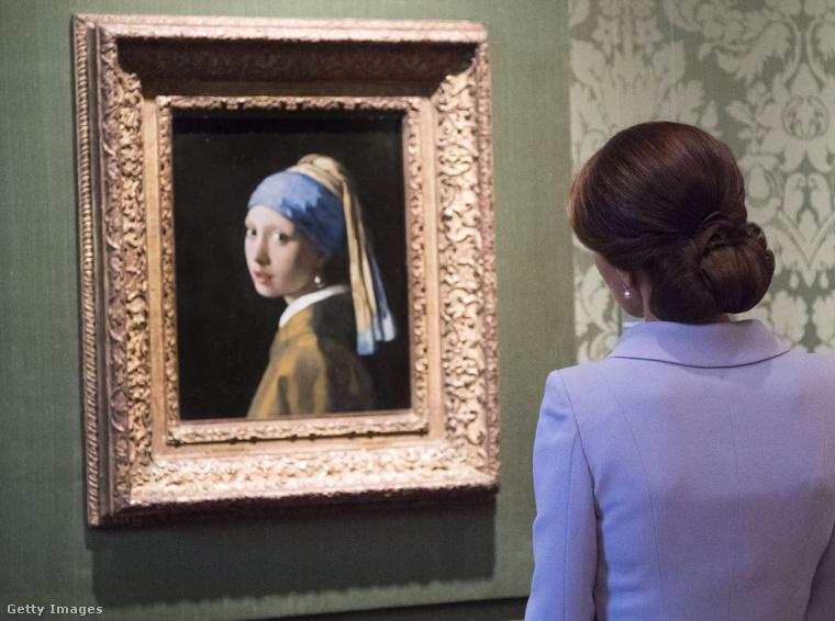 Itt például Vermeer - Leány gyöngy fülbevalóval című nagyon híres képén csodálkozik.
