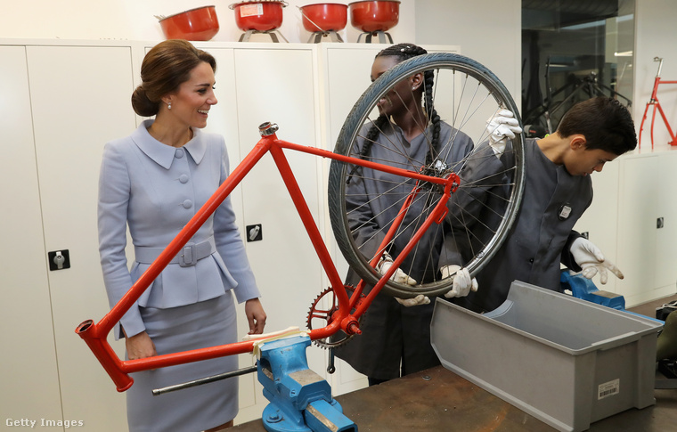 ...és együtt vizsgált biciklikereket a fiatalokkal.