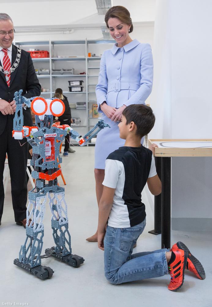 És hogy mire képes a robot.