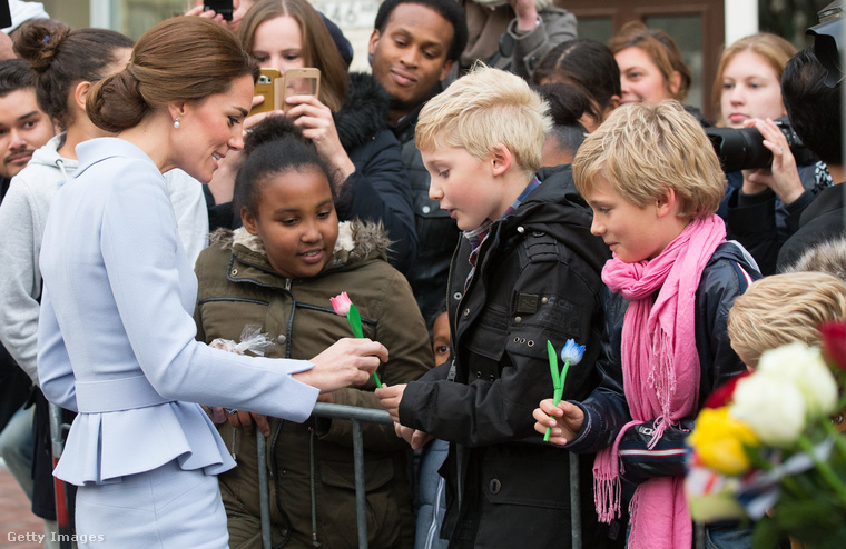 Őszintén megható az a türelem, és kedvesség, ami Katalin hercegnéből jön, itt például tulipánt kap