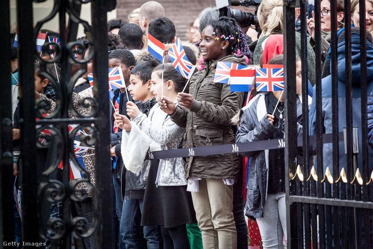 Ezek pedig már azok a gyerekek, akik az utcán várták, hogy a hercegné közelebb lépjen.