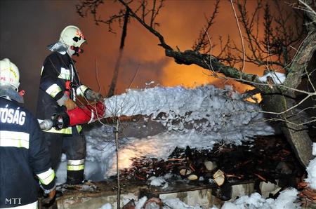 A 300 négyzetméteres ház garázsa és a fatárolója teljes terjedelemben égett.