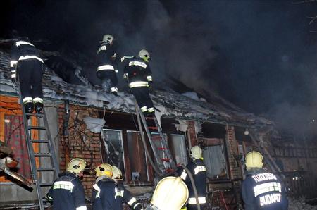 A tűz a lakórész tetőszerkezetére is átterjedt.