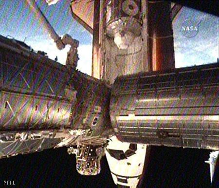 Az amerikai űrkutatási hivatal (NASA) által közzétett felvételen az Endeavour összekapcsolódott a hozzávetőleg 350 kilométeres magasságban keringő Nemzetközi Űrállomással
