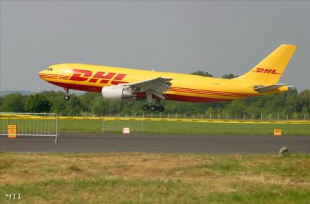 A DHL Airbus A300 típusú teherszállító repülőgépe landol Sármelléken