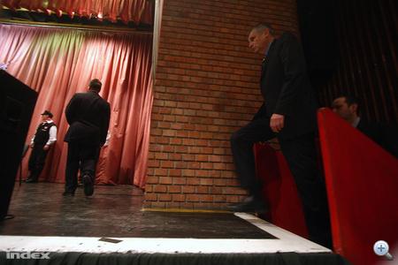 Balczó színpadra lép