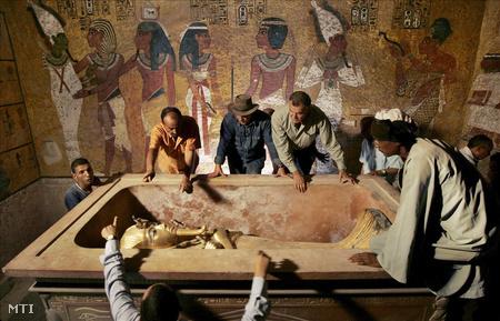 Tutanhamon XVIII. dinasztiabeli fáraó múmiájának kőszarkofágból való kiemelése a Királyok Völgyében 2007-ben