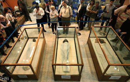 Kairó: Középen Tije királynő, Tutanhamon nagyanyjának 3300 éves múmiája mellett jobbról fia, IV. Amenhotep (Ehnaton) fáraó Tutanhamon apja , balról pedig Tutanhamon név szerint még nem azonosított anyjának a múmiája látható