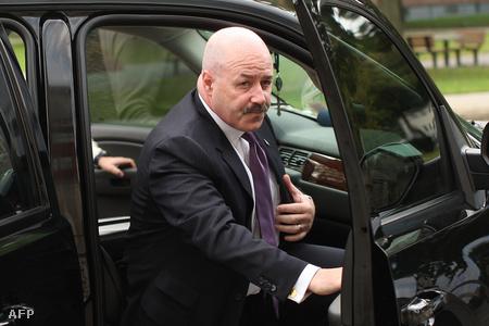Bernard Kerik egykori rendőrfőnök megérkezik a tárgyalására 2009 őszén.
