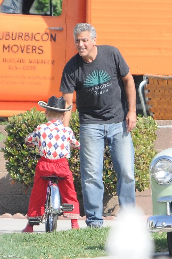 Na de most a forgatáson belül is az érdekes nekünk, hogy George Clooney gyerekekkel látható