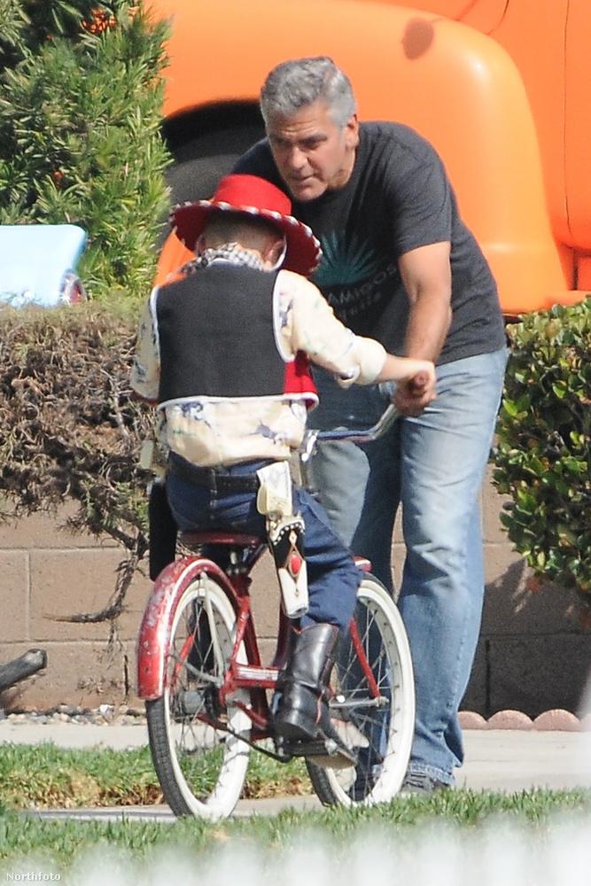 George Clooney a Suburbicon című új vígjátékának forgatásán volt látható gyerekekkel, ez az a film, aminek a rendezője is ő