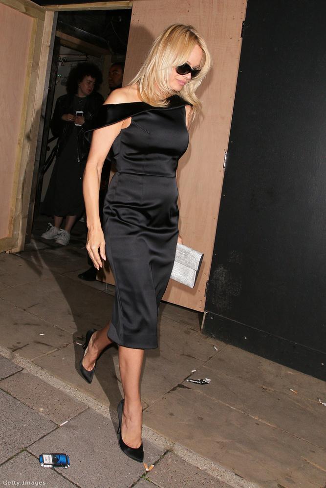 Egy átlagos képet mutatunk Pamela Andersonról, aki alighanem egy időkapu mellett haladhatott el