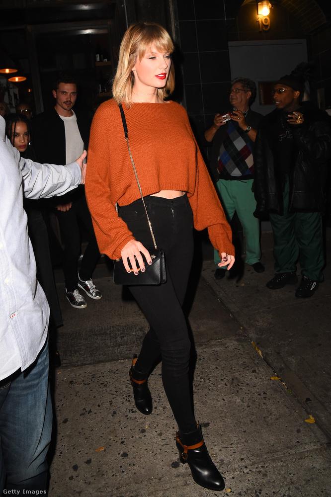Égünk a vágytól, hogy megtudjuk, a Taylor Swift mögött ácsorgó személyek..