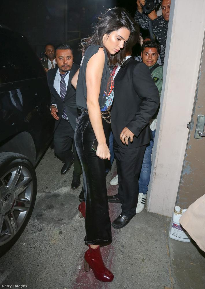 Kendall Jenner hasonlóan kellemetlenül érzi magát, mint féltestvére, Kim Kardashian, amikor nem a megfelelő szettet választotta a sétához