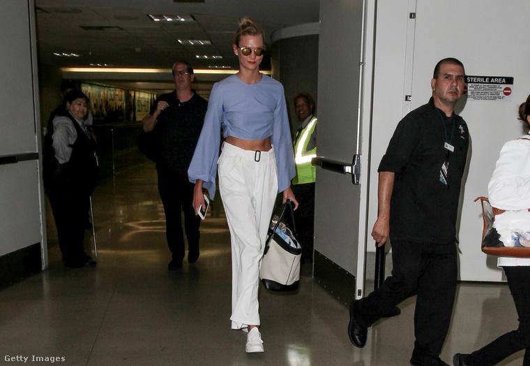 Karlie Klossra sokan vártak a reptéren