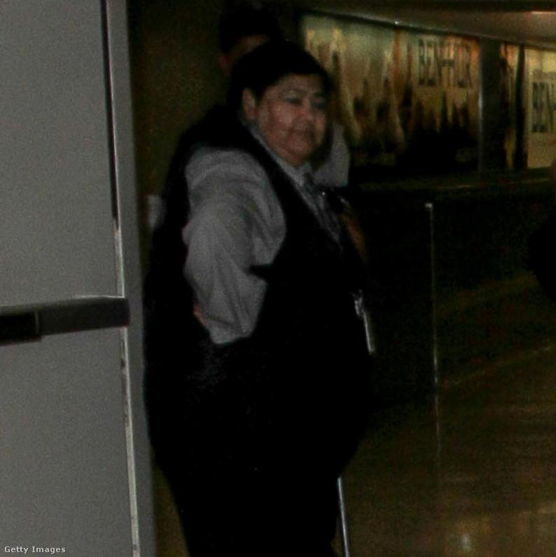 Például az a biztonsági őrhölgy, aki a modell kinőtt pólóján és bokalengős nadrágján mélázik szeretetteljesen