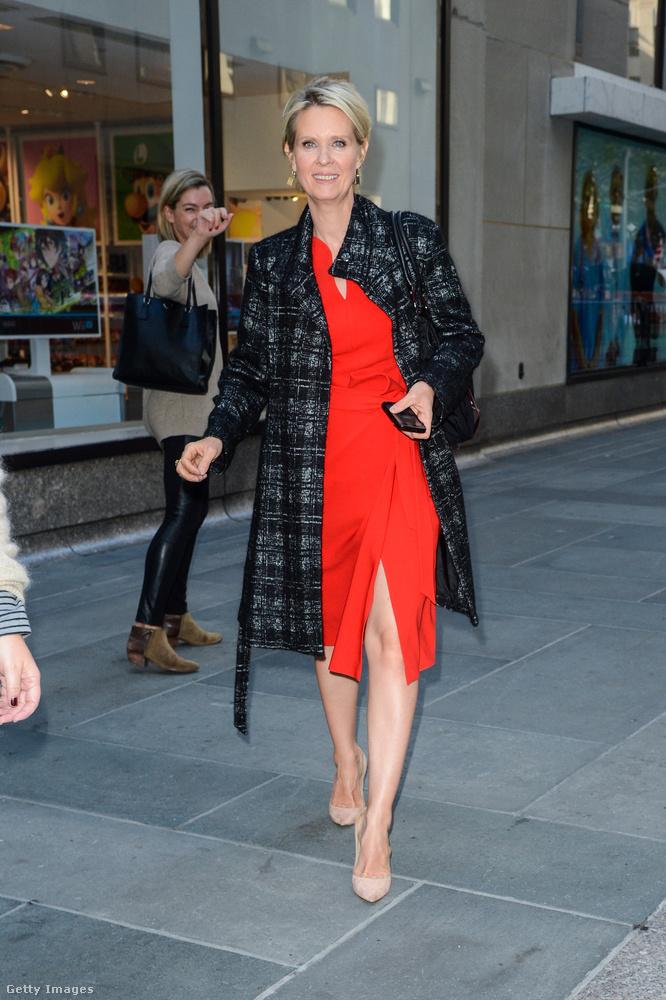 A Szex és New York Cynthia Nixonja hiába tetszeleg piros ruhájában, nehéz rá koncentrálni