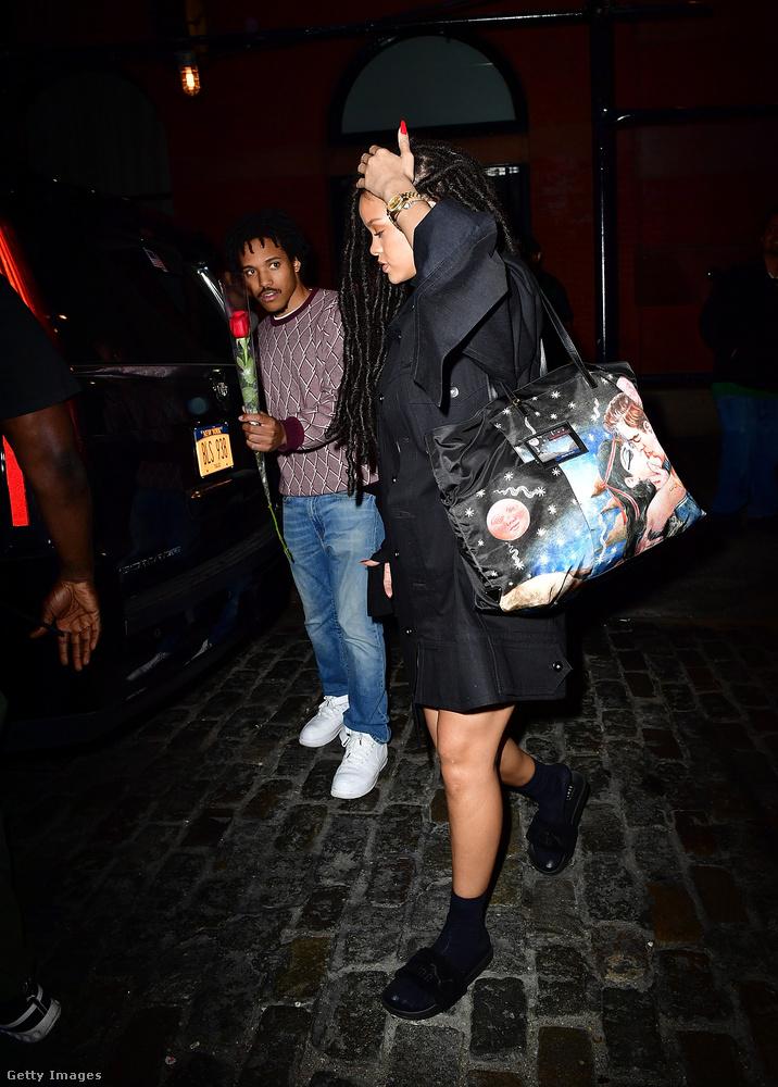 Rihanna rajongói nem aprózzák el, ajándékokkal halmozzák el az énekesnőt