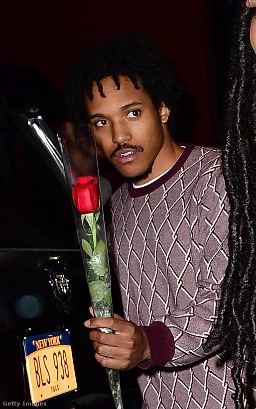 Mégse adjam oda? Inkább tetszik ez a rózsa, jó lesz otthonra is