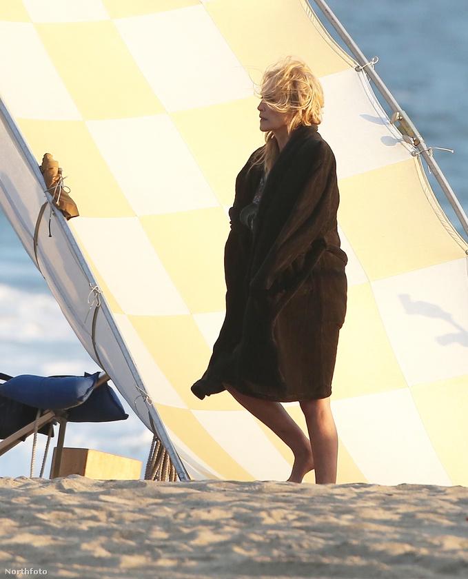 Az 58 éves Sharon Stone új filmet forgat, méghozzá egy tengerparton, a címe A Little Something For Your Birthday, jövőre mutatják be a mozikban
