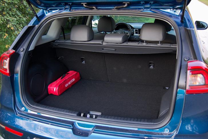 Az autó méretéhez képest egészen nagy a csomagtere és jól pakolható