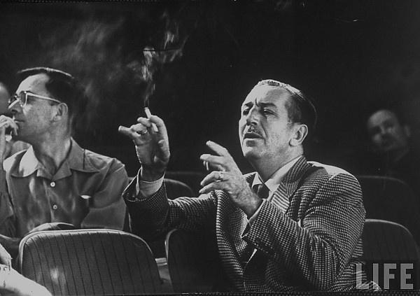 Walt Disney cigarettázik.