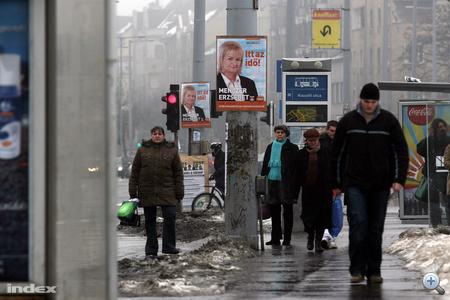 """Plakátja megismétli a Fidesz szlogenjét: Itt az idő! Annyit tesz hozzá, hogy """"Az ön országgyűlési képviselőjelöltje"""""""