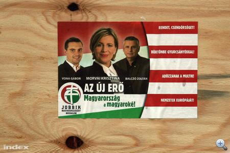 """A Jobbik cetlije a párt három vezető arcával. """"Az új erő! Magyarország a magyaroké!"""" és """"Rendet, csendőrséget! Börtönbe Gyurcsányékkal! Adózzanak a multik! Nemzetek Európáját!"""""""