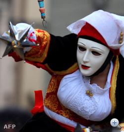 A szardíniai karnevál tradícionális kosztümje is hangsúlyozza a melleket.