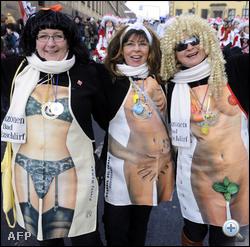 Németországban már csak az időjárás sem engedne különösebb pucérkodást februárban. A kedélyes hölgyek így más kebleit villantják.