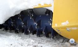 A magas fordulaton járó daráló a letaposott havat-jeget aprítja, de az emberi testtel is megbirkózik. Kerüljük el
