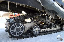 A műanyag lánctalpba fém karmantyúkat applikáltak, ezekkel jégen is jól kapaszkodik