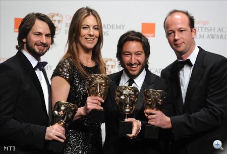 London, 2010. február 22. Mark BOAL amerikai forgatókönyvíró, Kathryn BIGELOW amerikai rendező, Greg SHAPIROUS amerikai és Nicolas CHARTIER francia producer kezében tartja elismerését a Brit Film- és Televíziós Művészeti Akadémia (BAFTA) díjainak kiosztóján a londoni Királyi Operaházban, a Covent Gardenben 2010. február 21-én. Bigelow A bombák földjén (The Hurt Locker) című alkotása nyolc jelölésből hat díjat gyűjtött be az Oscar-díjak egyik előfutáraként számon tartott BAFTA-gálán. Az irakai háborús dráma kapta a legjobb filmnek, a legjobb rendezőnek, a legjobb eredeti forgatókönyvnek, a legjobb fényképezésnek, a legjobb vágásnak és a legjobb filmhangnak járó díjat. (MTI/EPA/Daniel Deme)