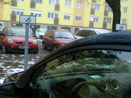 Mozgássérült helyet elfoglaló rendőr szolgálati járműve. (Olvasói fotó: vasnepe.hu)