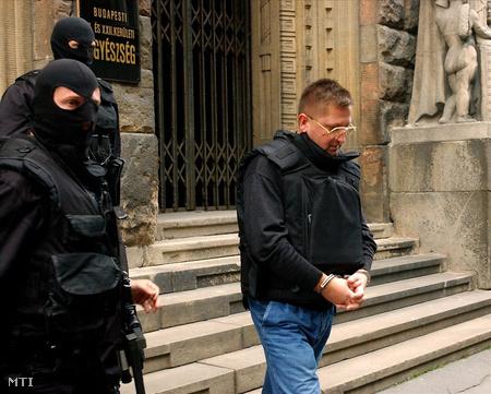 Sztecura a BKKB Gyorskocsi utcai épülete előtt  2001. október 4-én